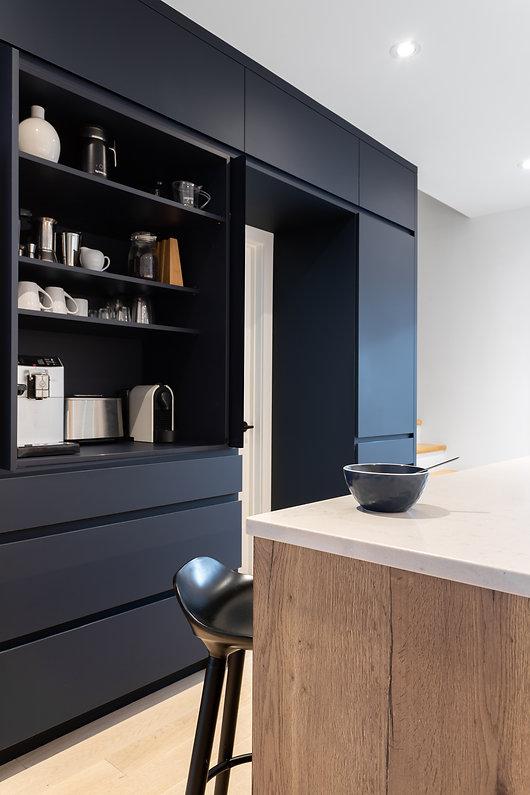 les-stéphanies-cuisine-blanc-contemporain-moderne-bois-chaleureux-quartz-chêne-blanc-bleu-coin-déjeuner-café-tabouret