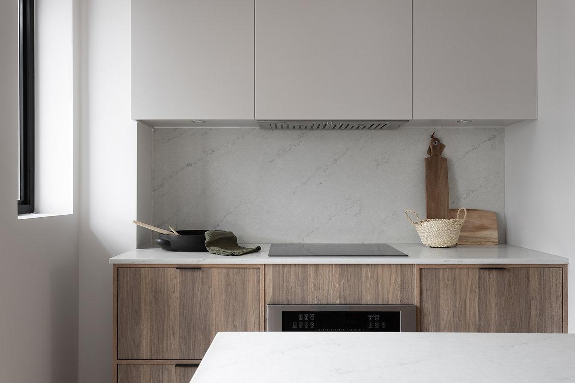 cuisine-minimaliste-grège-greige-bois-quartz-blanc-moderne