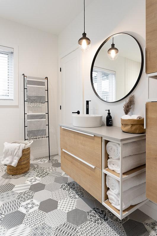 les-stéphanies-salle-de-bain-blanc-contemporain-moderne-bois-chaleureux-quartz-chêne-blanc-céramique-motif-hexagone-tuiles-panier-osier
