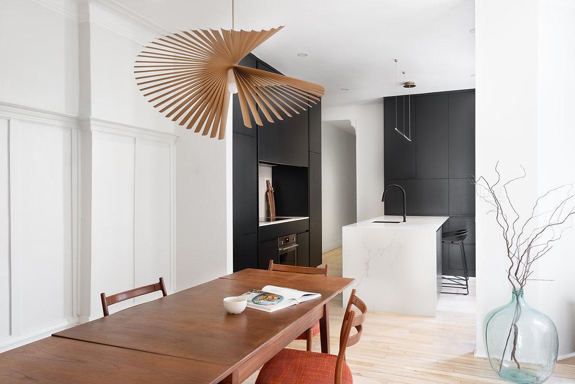 cuisine-noir-blanc-moderne-minimaliste-épurée-ligne-droite-table-noyer-classique-néoclassique