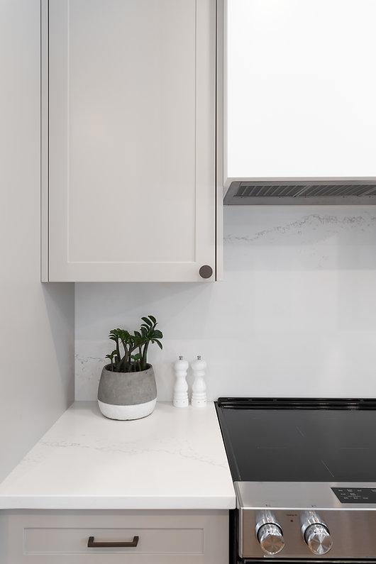 les-stéphanies-cuisine-blanc-contemporain-classique-moderne-noir-armoires-gris-grise-greige-naturel-quartz-comptoir-dosseret-marbre-blanc-hotte-dissimulée-stainless