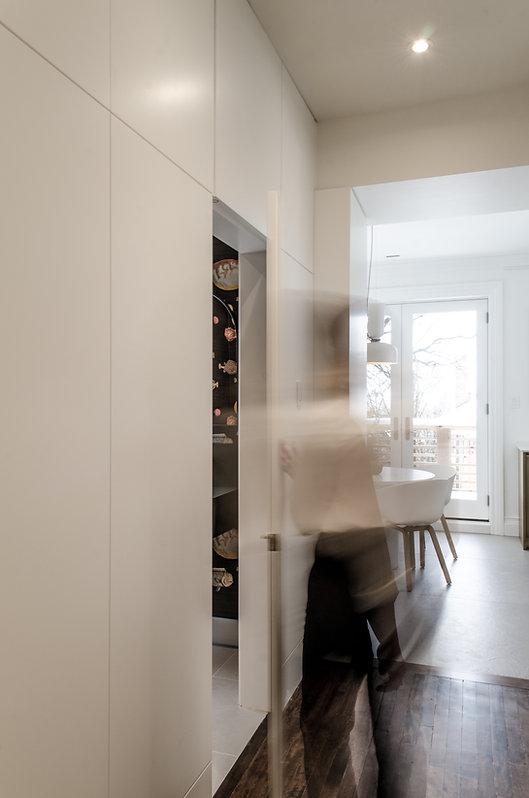 les-stéphanies-pannelage-paneling-ébénisterie-moderne-minimalist-blanc-porte-intégrée-porte-dissimulée