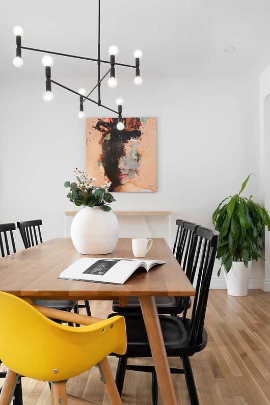 les-stéphanies-blanc-contemporain-classique-moderne-salle-à-manger-table-chaises-noir-luminaire-oeuvre-d'art-console-accessoires-jaune-plante