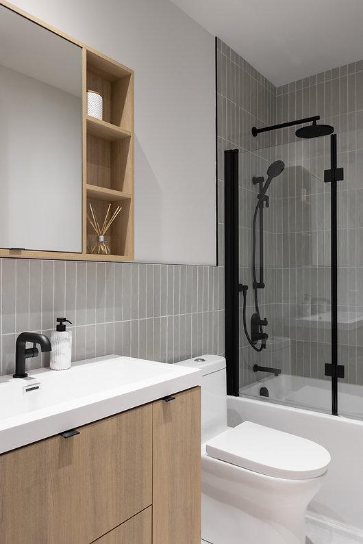 salle-de-bain-moderne-bois-blanc-sauge-vert-accent-noir-pharmacie