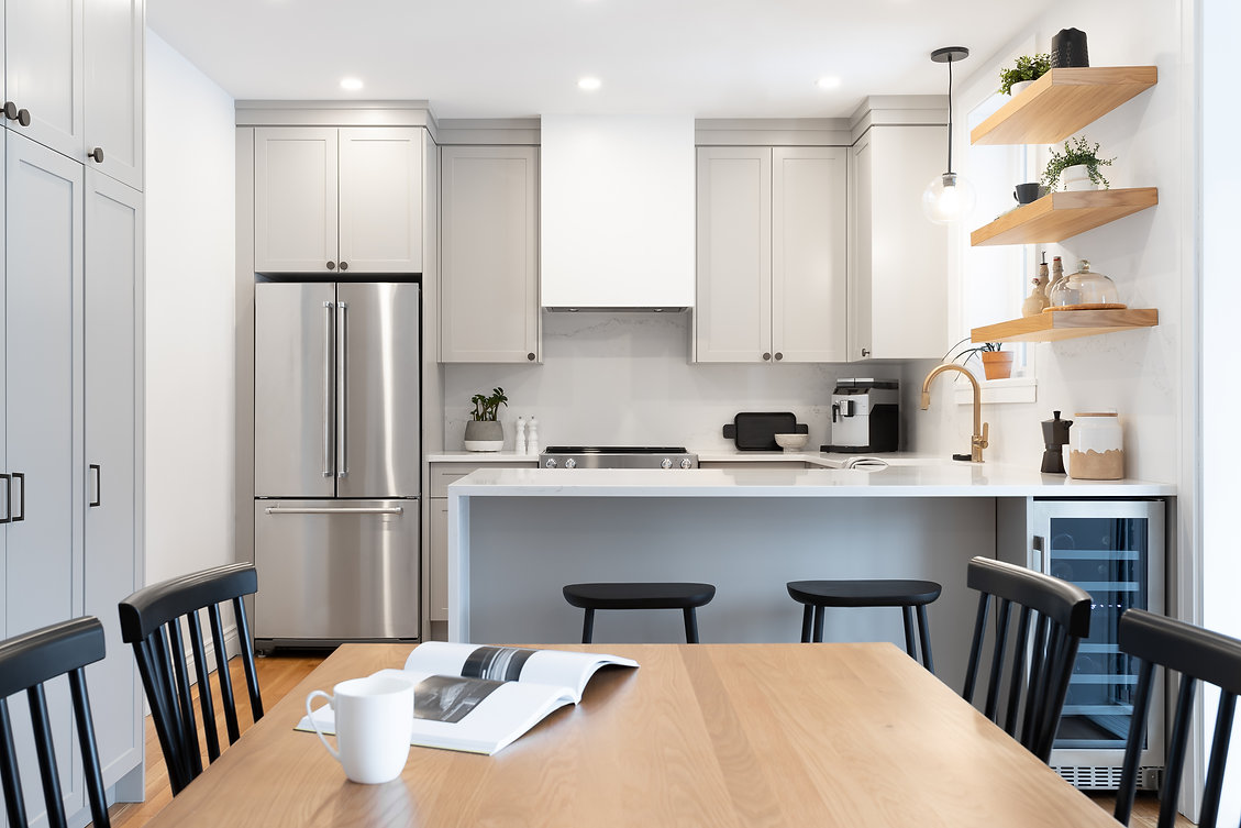 les-stéphanies-cuisine-blanc-contemporain-classique-moderne-noir-luminaire-armoires-gris-grise-greige-naturel-quartz-comptoir-dosseret-marbre-tablettes-bois-chêne-blanc-plancher-laiton-hotte-dissimulée-stainless-table-chaise-tabouret-robinet
