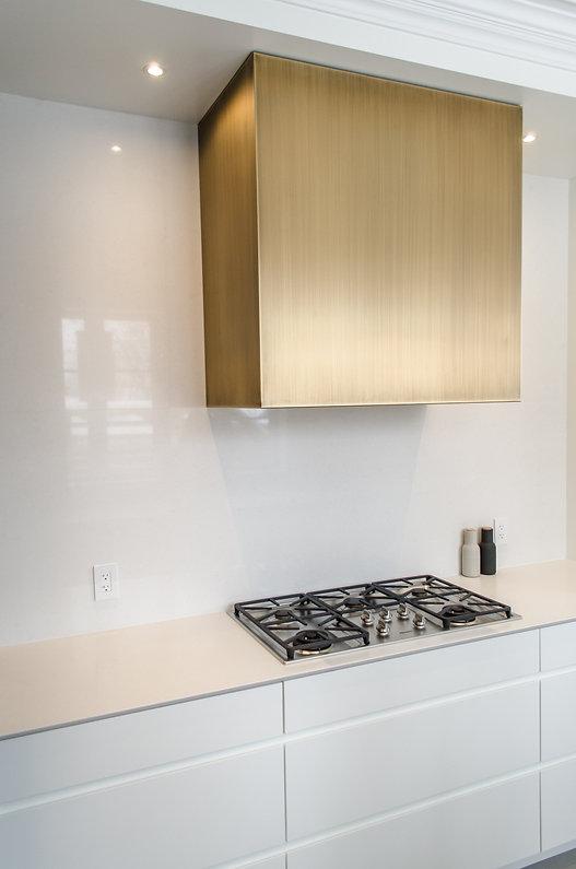 les-stéphanis-cuisine-laiton-merisier-bois-blanc-quartz-robinet-laiton-espace-déjeuner-dissimulé-moulures-moderne