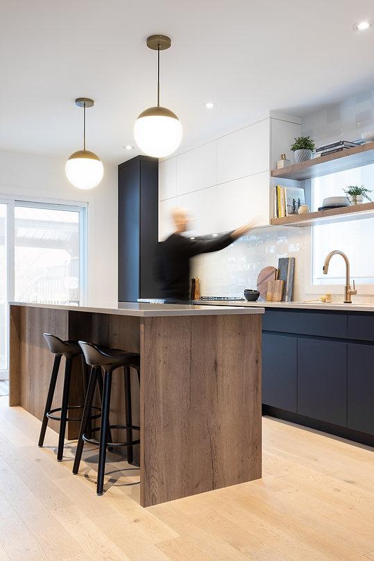 les-stéphanies-cuisine-blanc-contemporain-moderne-bois-chaleureux-quartz-plancher-chêne-blanc-tabourets-luminaire-rangement-bleu-tablettes-or-laiton-dosseret-céramique