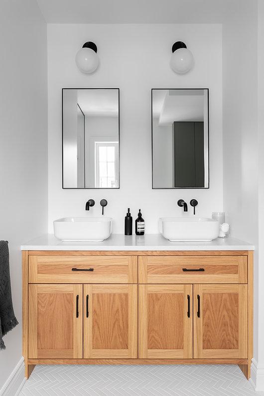 les-stéphanies-chaleureux-classique-moderne-contemporain-salle-de-bain-tuile-motif-mosaique-chevron-herrignbone-noir-panneau-verre-luminaire-noir-mural-robinet-plomberie-noir-céramique-vanité-chêne-blanc-bois-lavabo-porcelaine-miroir