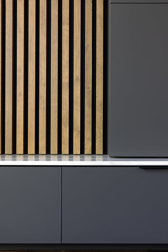 les-stéphanies-salon-blanc-contemporain-moderne-latte-bois-marbre-chaleureux-merisier-gris-détails-poignée-noir