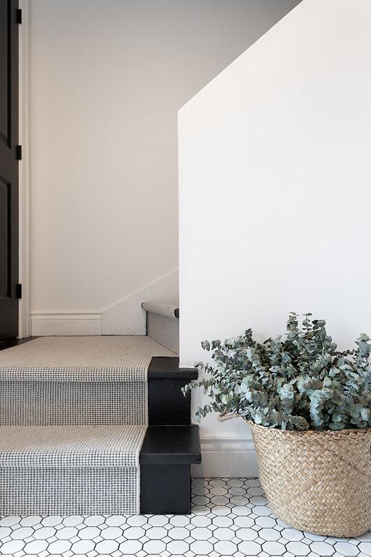 les-stéphanies-entrée-blanc-contemporain-classique-moderne-escalier-noir-tapis-chemin-osier-panier-plante-tuile-motif-blanche-mosaique