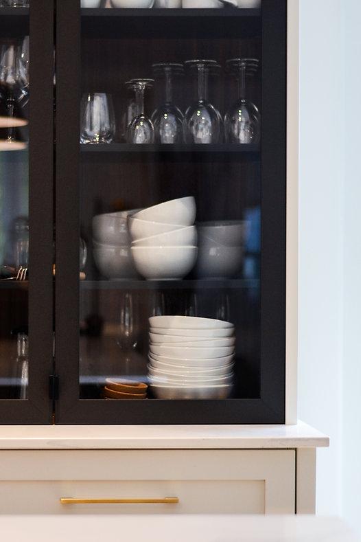 Cuisine blanche, cuisine, moderne, hotte métal, hotte noir, luminaire noir, tablette noyer, porte vitrée métal, poignée laiton, or, comptoir, quartz