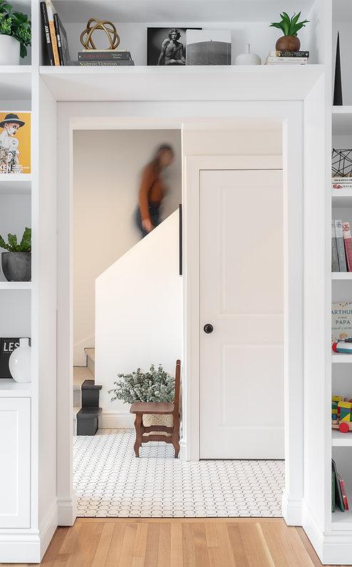 les-stéphanies-salon-entrée-blanc-contemporain-classique-moderne-escalier-noir-tapis-chemin-osier-panier-plante-tuile-motif-blanche-mosaique-unité-murale-bibliothèque-laque-chêne-blanc-plancher