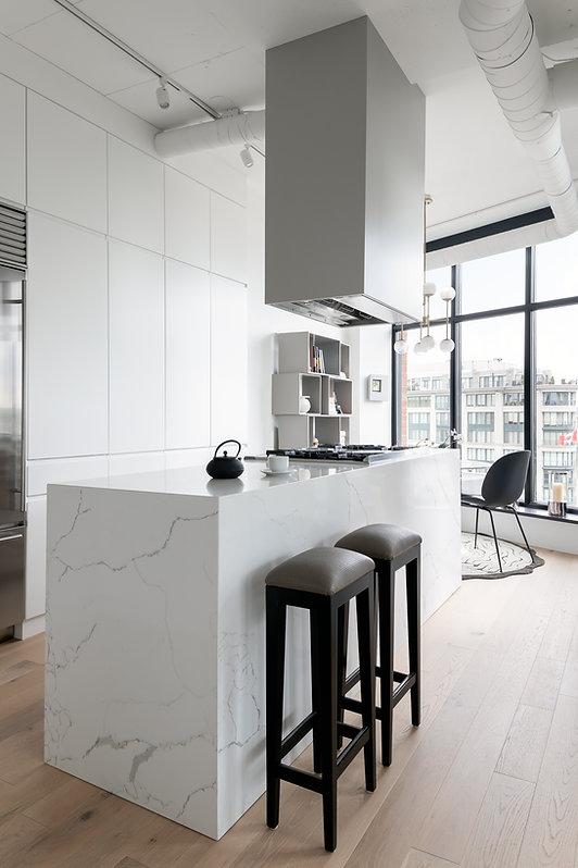 les-stéphanies-cuisine-blanc-contemporain-moderne-bois-marbre-chaleureux-noyer-industriel-chic-plancher-chêne-blanc-luminosité