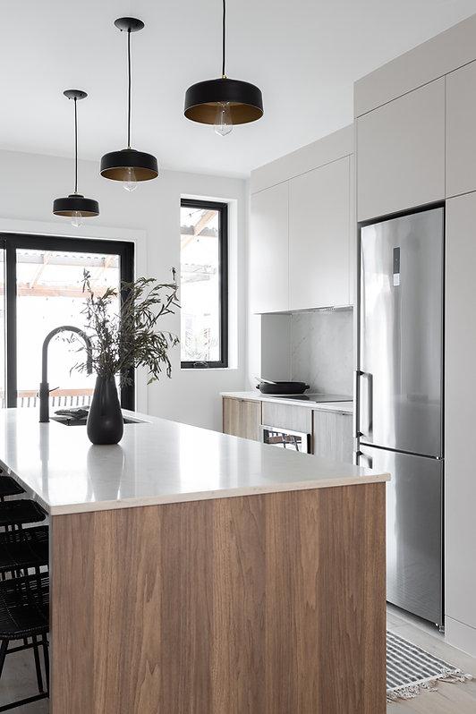 cuisine-minimaliste-grège-greige-bois-quartz-blanc-moderne-accent-noir