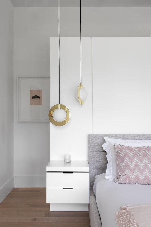 les-stéphanies-blanc-chambre-lit-table-chevet-oeuvre-art-laiton-contemporain-moderne-bois-chaleureux-noyer-industriel-chic-plancher-chêne-blanc