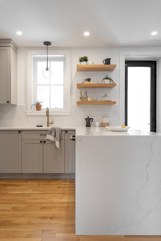 les-stéphanies-blanc-contemporain-classique-moderne-noir-luminaire-armoires-cuisine-gris-grise-greige-naturel-quartz-comptoir-dosseret-marbre-tablettes-bois-chêne-blanc-plancher-laiton