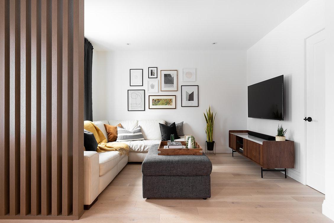 les-stéphanies-salon-blanc-cadres-illustrations-pouf-blanc-contemporain-moderne-bois-marbre-chaleureux-noyer-plancher-chêne-blanc