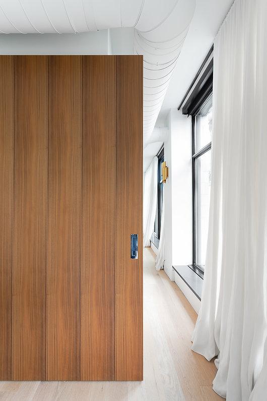 les-stéphanies-blanc-porte-coulissante-escamotable-contemporain-moderne-bois-chaleureux-noyer-industriel-chic-plancher-chêne-blanc