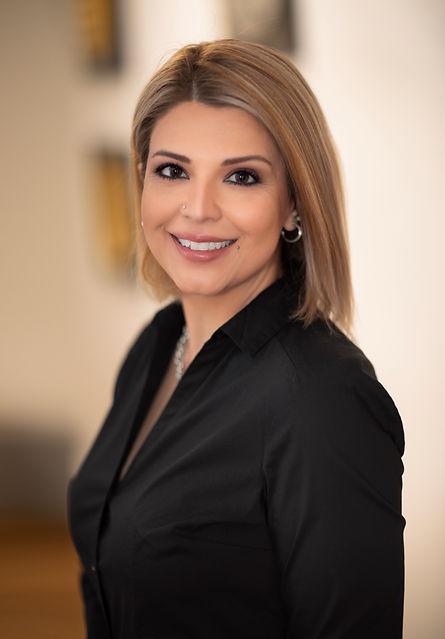 Neda Maroof - Kosmetikerin