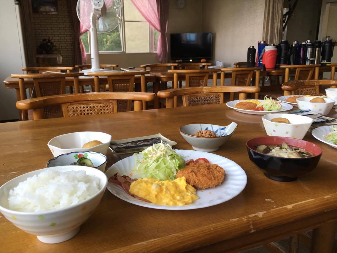 広い食堂でお腹いっぱい食事をしてください