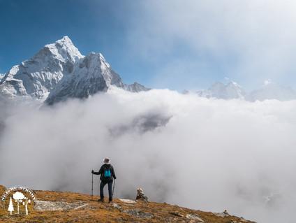 Z mraků vystupuje nádherná vrchol Ama dablam