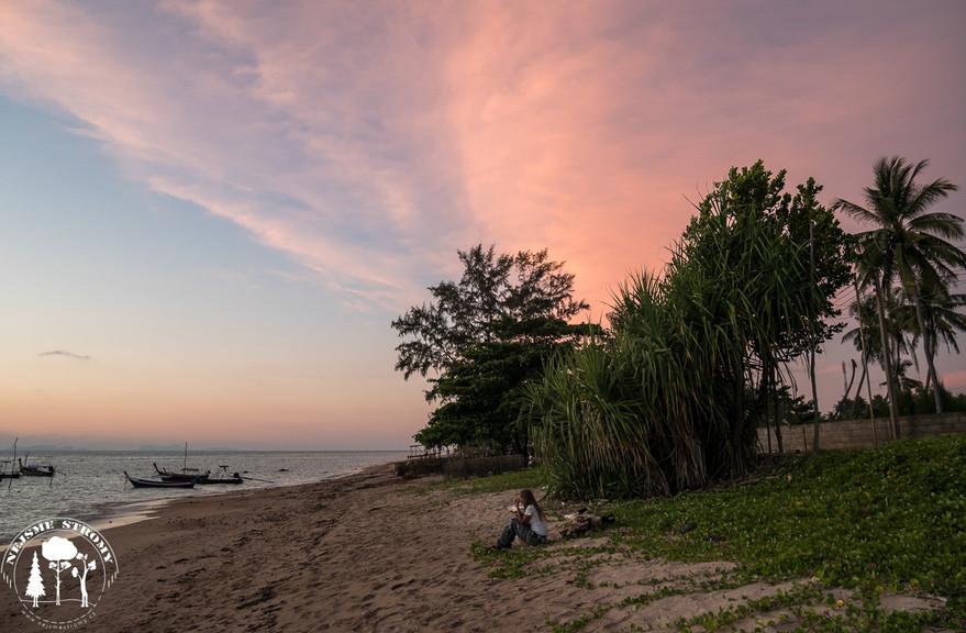 Jeden pohodový večer na plážích Ko Lanty
