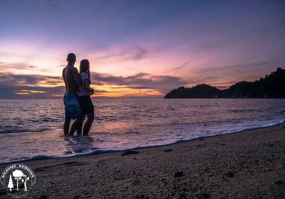 Západ slunce na pláži ostrova Pankgor