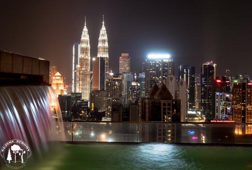 Pohled na Petronas Tower z jednoho z mnoha roof pool v Kuala Lumpur