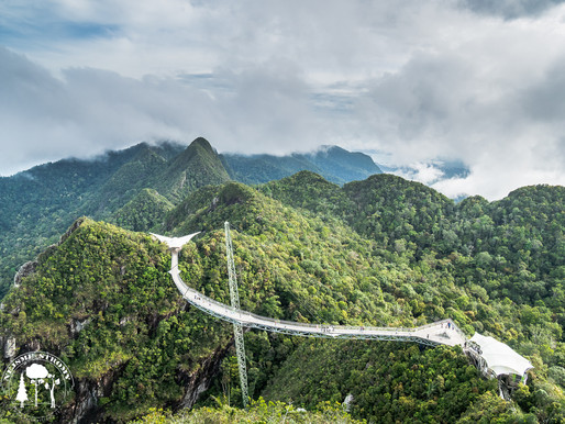 Jedna z nejsnámějších atrkcí na Langkawi... Nanovka na vrcholky hor se známým vyhlídkovým můstkem