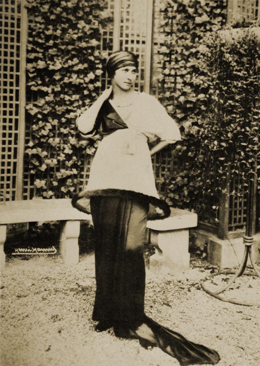 Denise Poiret modeling Sorbet in Poiret's salon garden, 1913.