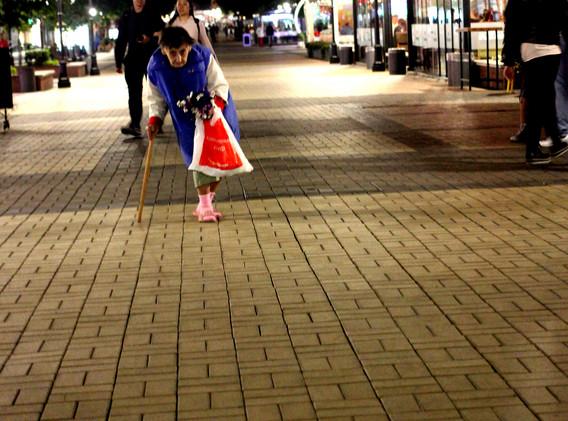 sofia anziana vende per strada.jpg