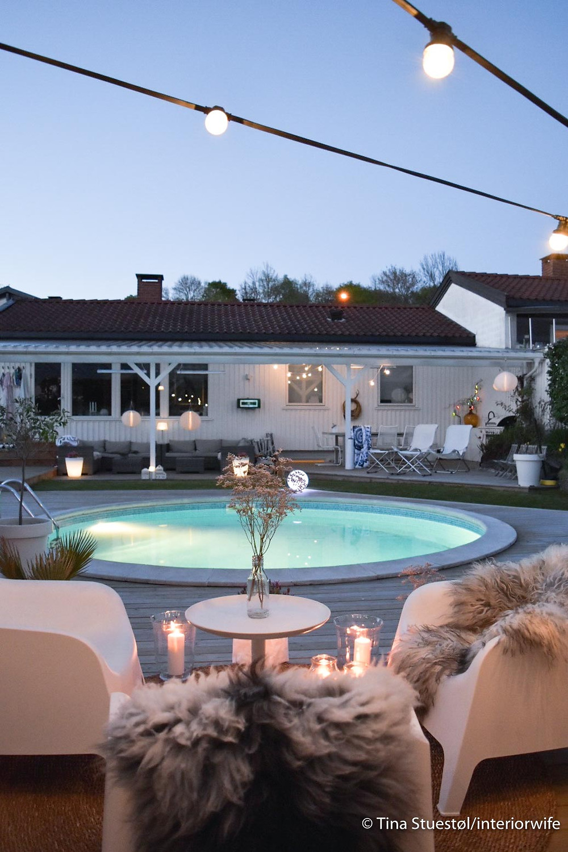 Stemning med lyslenker og lys i bassenget. Tenk deg en tropenatt her.