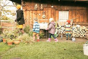 Kinder laufen vor einer Spielgruppe