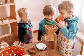 Kinder spielen in der Spielgruppe