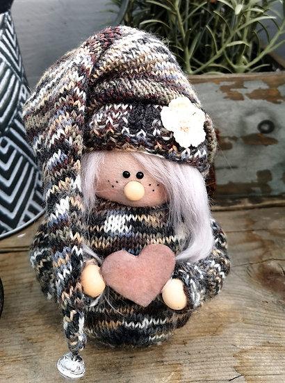 Sockenwichtel Mädchen Camilla graue Haare mit Herz Höhe 20 cm Durchmesser 7 cm