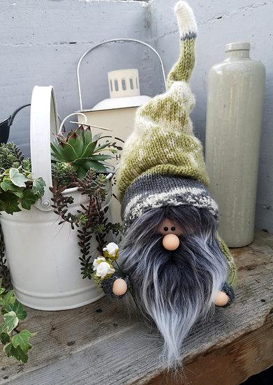 Sockenwichtel Samu mit graumeliertem Bart und Blumenstrauß Höhe 32 cm x 7 cm