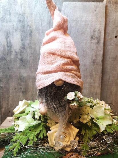 Nuschi - Wichtel Frodo lachsrot mit Blumenstrauß 6 x 9 x 20 cm ( LxBxH )