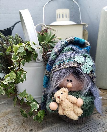 Sockenwichtel Mädchen Camilla mit grauen Zöpfen & Teddy Höhe 20 cm Durchmesser 7