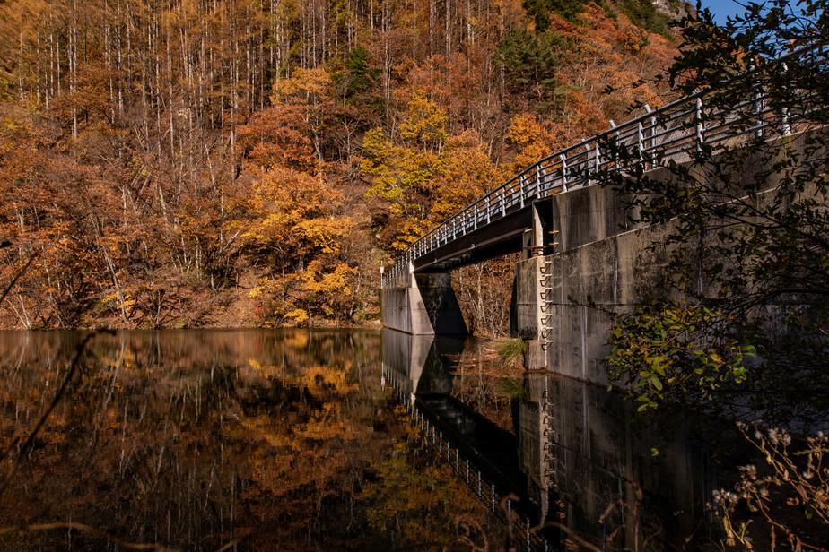 竜ヶ沢ダムと紅葉と水鏡.jpg