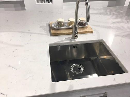 Undermounted sink in a quartz worktop, a