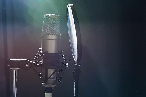 professional-microphone-in-recording-stu