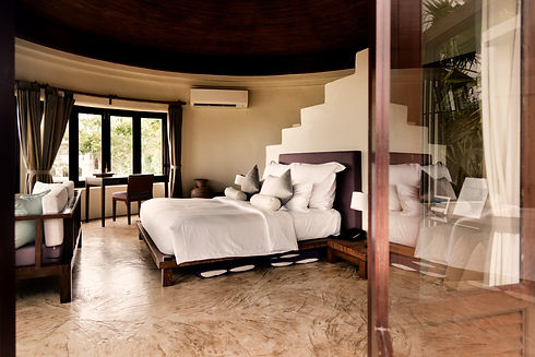 hotel-room-at-a-luxury-resort-H5AMQ39_ed