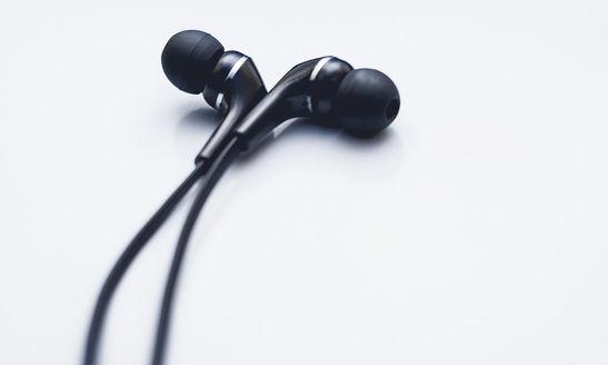 Fones de ouvido novinhos para tradução simultânea - Tra2