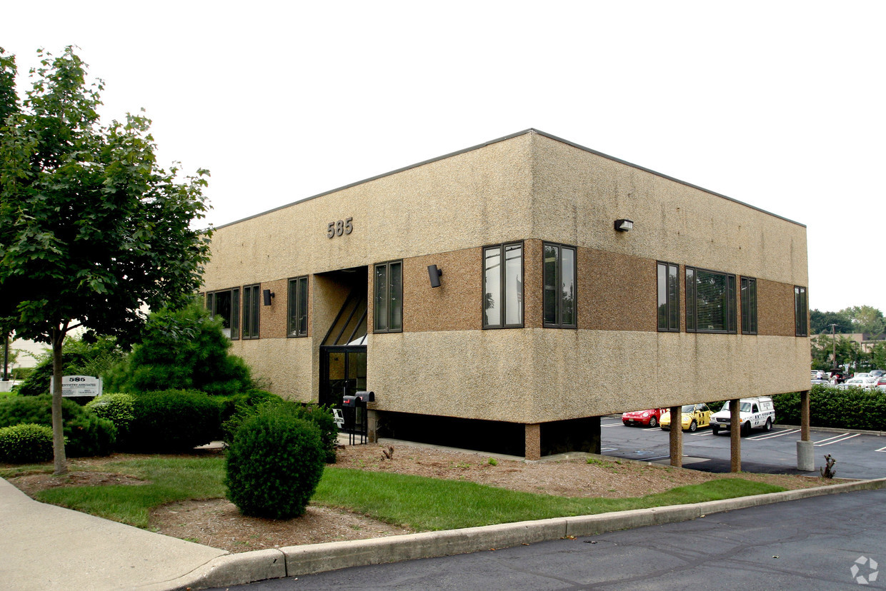 585 Winters Ave., Paramus