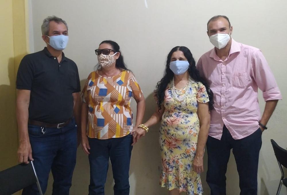 Integrantes da Associação de Cegos do Piauí posam para foto com o professor Iraildon Mota, coordenador do projeto Mulheres de Visão.