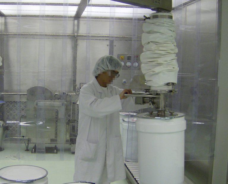 Der Vakuumsauger ezzFAST im Einsatz in der Chemieindustrie