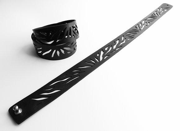 Shambahers, collection Graphique, Bracelet 'Zèbre 2 tours'. Motif zébré ajouré en caoutchouc noir à enrouler 2 tours.