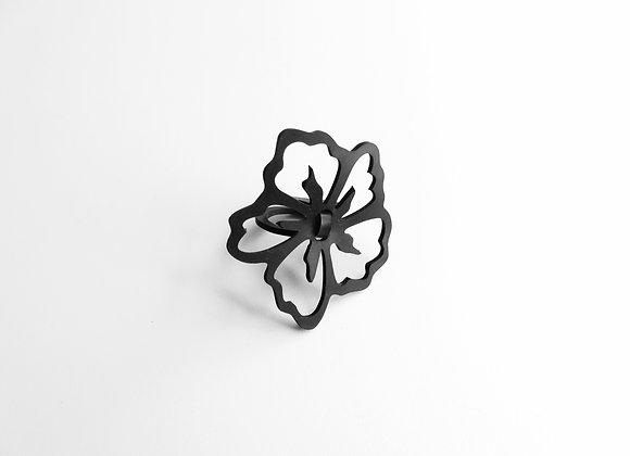 Shambahers, bague 'Hibiscus', édition limitée en caoutchouc. Un double anneau soutient une fleur d'hibiscus ajourée.
