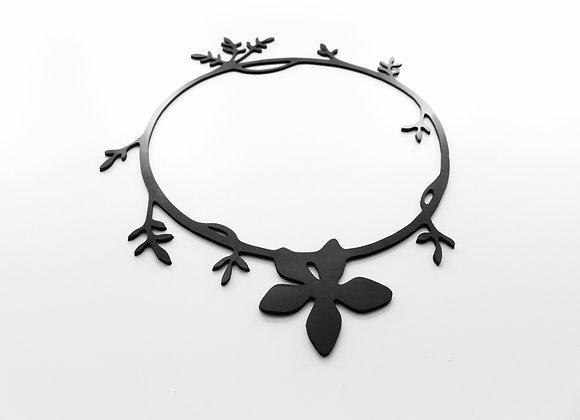 Shambahers, collection Végétal, collier 'Fleur étoilée'. Edition limitée, caoutchouc. Fleur centrale et quelques feuilles.