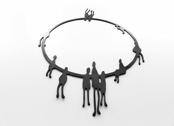 Shambahers, collection Graphique, collier 'Petit peuple debout'. Edition limitée, caoutchouc. Silhouettes debout en cercle.
